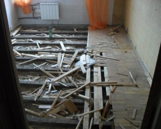 Если вы решили сделать бетонный пол на смену деревянному, прежде всего, нужно демонтировать старое покрытие и уплотнить грунт