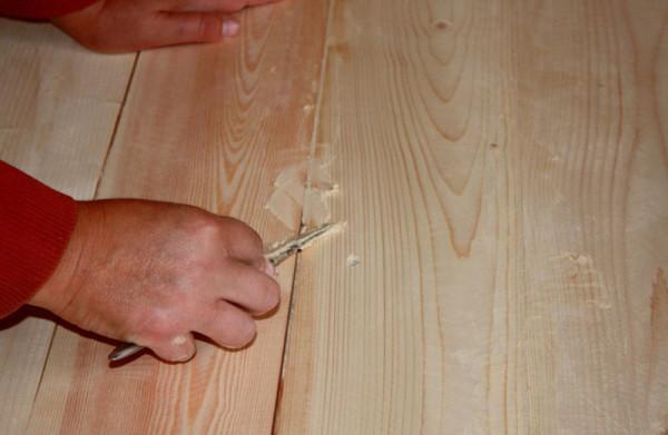 Заделываем щели в деревянном полу с помощью замазки