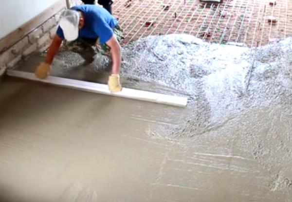 Разравнивание бетонного пола правилом