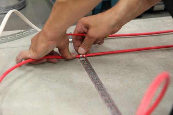 Петли кабеля очень удобно закреплять выступающими язычками, предусмотренными на монтажной ленте