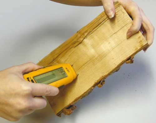 С помощью влагомера устанавливается влажность досок
