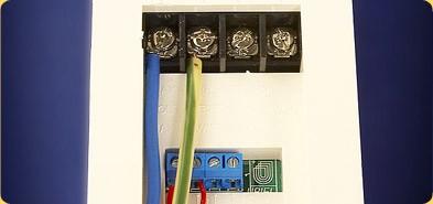 Устанавливается терморегулятор, к которому выводятся соединительные провода