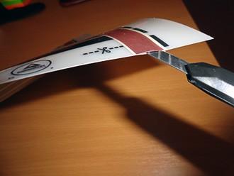 Аккуратно кончиком ножа отделить медную полоску на нагревательной пленке