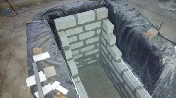 Выкладка стен. Обратите внимание на гидроизоляцию