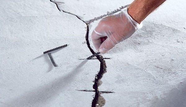 Выполнение ремонта стяжки. Трещины расширяют, армируют, шпаклюют