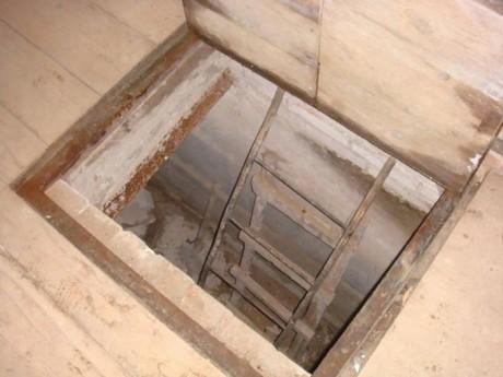 В деревянном полу не трудно обустроить люк для погреба