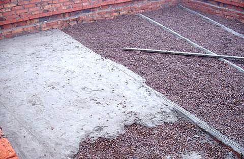 Гравий заливается тощим бетоном