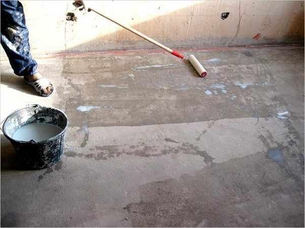 Грунтовка поверхности — обязательный этап подготовки перед укладкой керамогранита