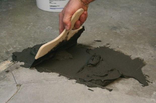 как заделать трещины в полу из бетона