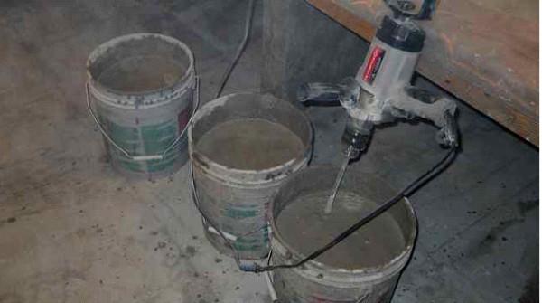 Замешивание раствора дрелью с насадкой