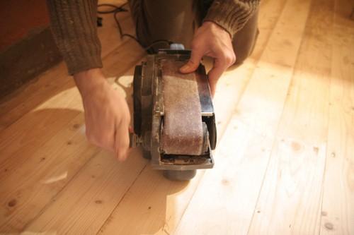 Ленточная шлифовальная машина поможет ускорить процесс шлифовки пола
