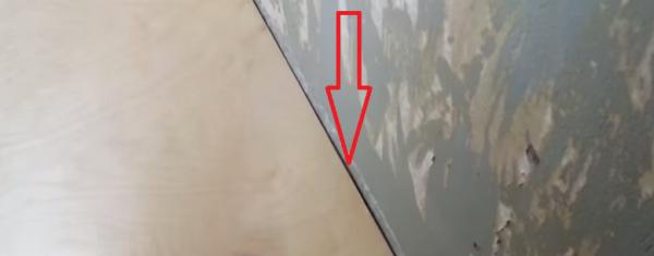 Между стеной и фанерой оставьте зазор