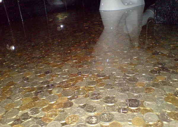 Наливной пол с залитыми в прозрачный слой монетами