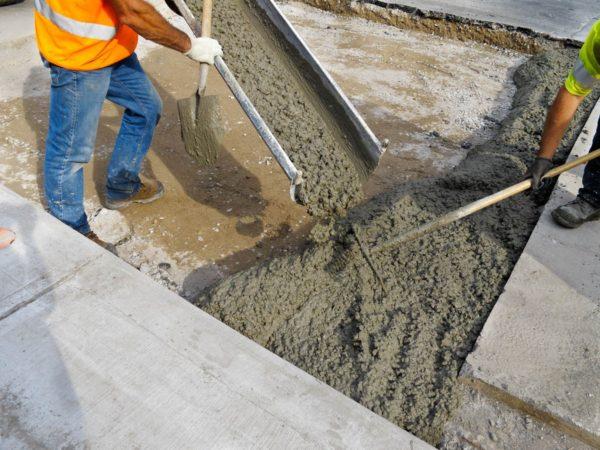 На песок заливается слой тощего бетона