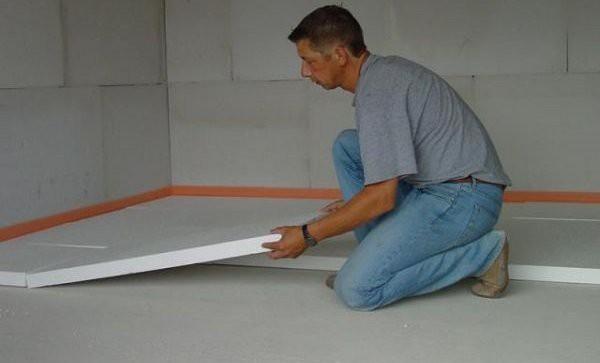На фото видна демпферная лента и процесс укладки плит утеплителя