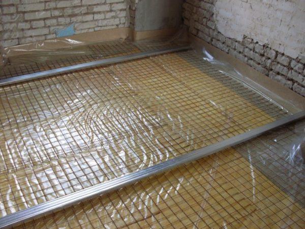 Пример установки направляющих поверх армирующей сетки