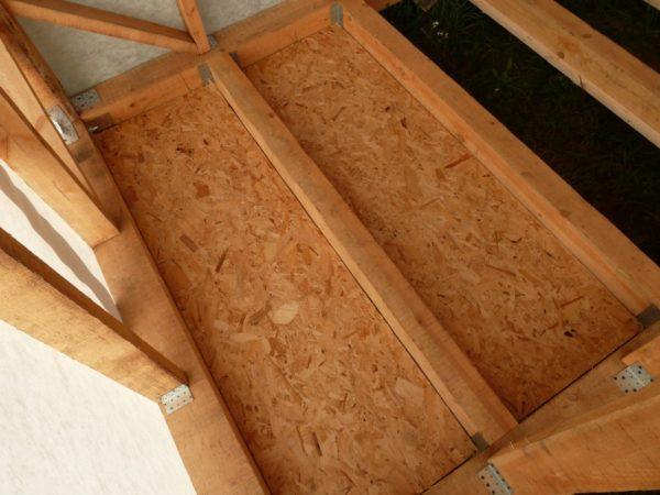 Пример чернового пола в каркасном доме. На несущих лагах закреплены плиты ОСП