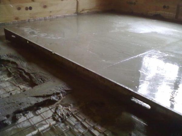 Процесс заливки бетонного основания для банного помещения
