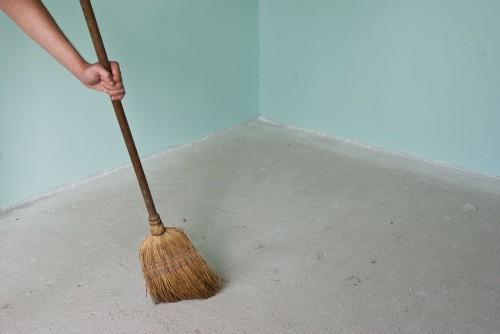 С бетонной поверхности убирают весь мусор и внимательно осматривают каждый сантиметр