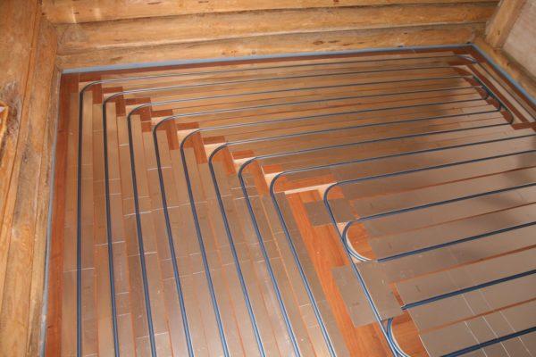 Теплый водяной пол можно монтировать в помещениях любого типа при условии источника горячего водоснабжения