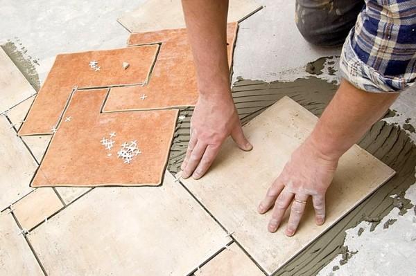 Укладка керамической плитки на пол. Выкладка нестандартная