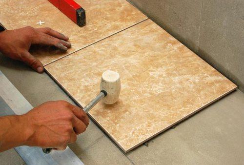 Укладка плитки на пол. Фотография процесса