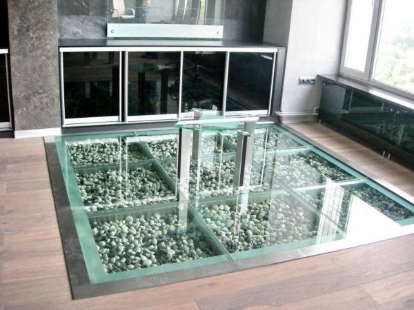 Конечно, создать полы из стекла в квартире не каждому под силу. Поэтому лучше обратится к специалистам