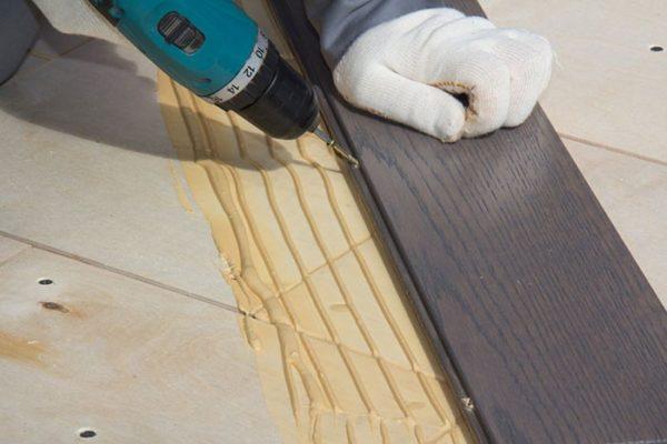 Для крепления массивной доски к основанию используются саморезы, расстояние между которыми должно быть не менее 20-30 см