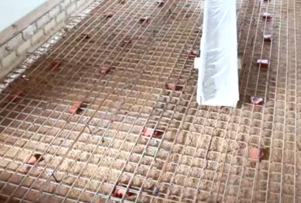 Раствор подается на уложенную армирующую сетку
