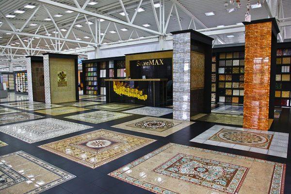 Керамогранит на полу торгового центра