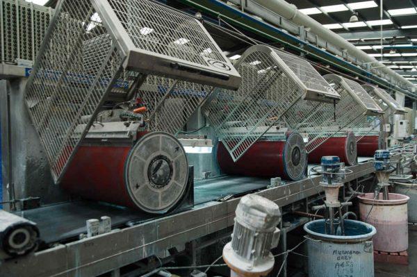 Специальная машина различает тон плитки