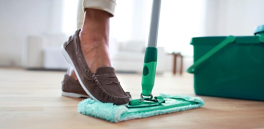 Тщательно удалите пыль с пробкового пола