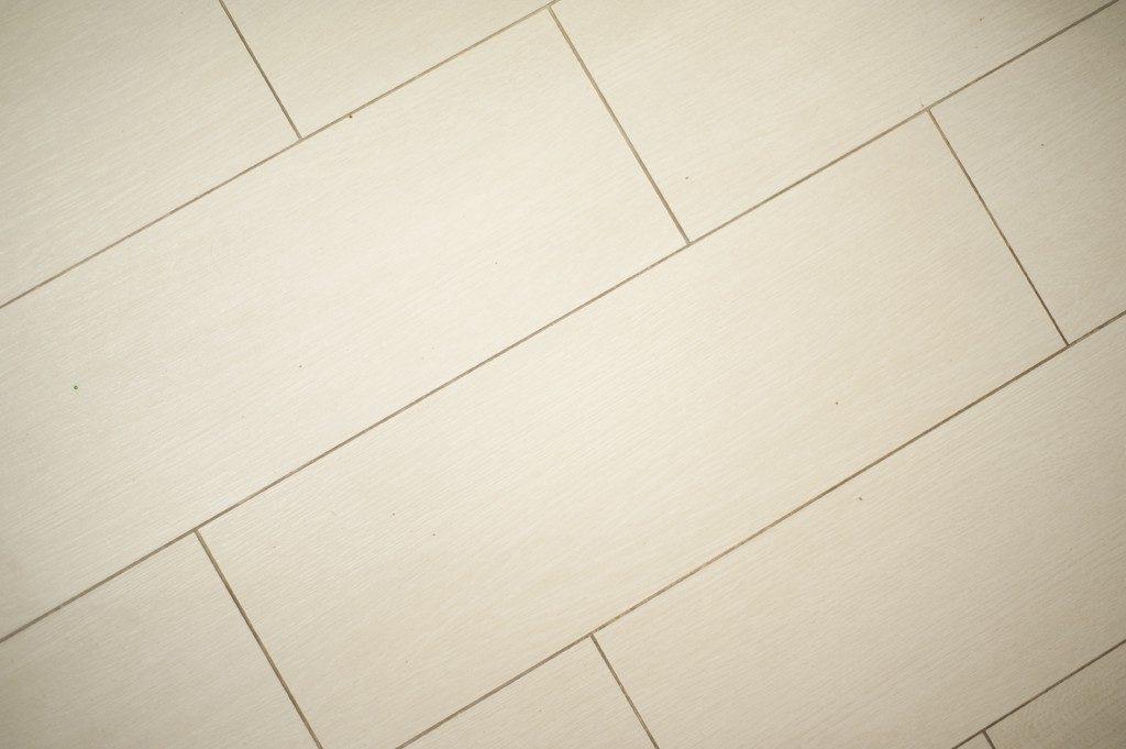 Белая плитка на полу - фото