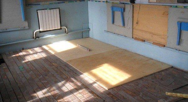 Листы фанеры на старом деревянном полу