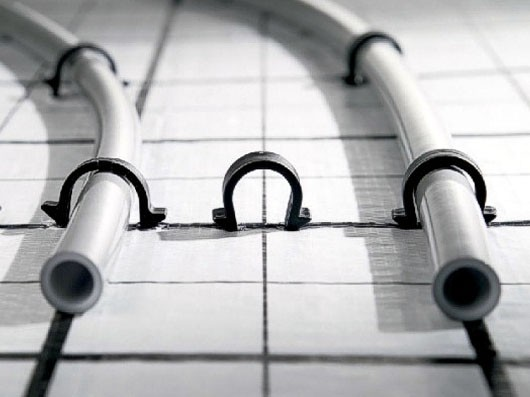 Фиксация труб скобами