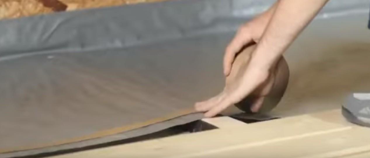 Фиксируем стыки полотен липкой лентой