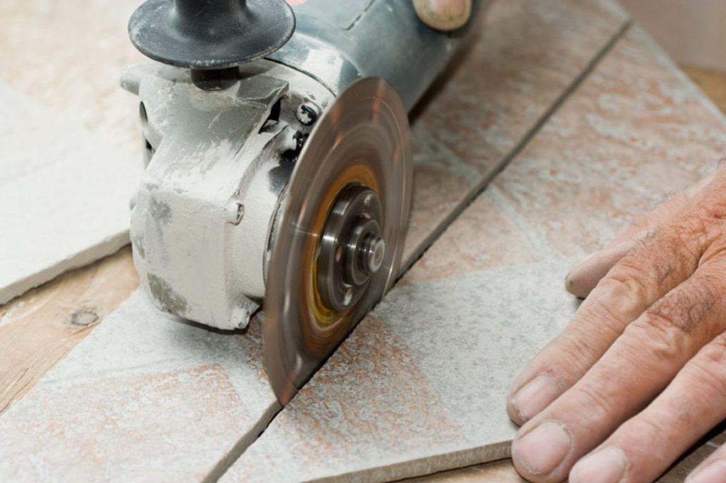 Как резать плитку болгаркой – филигранная работа универсальным инструментом