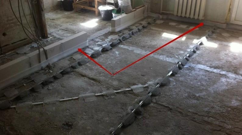 Кромочная лента в роли демпфера по периметру примыкания стяжки
