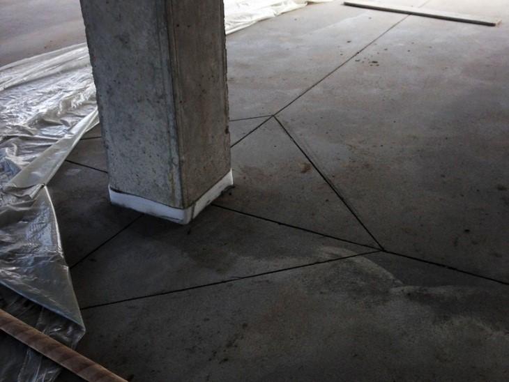 Усадочные швы в помещении с колоннами