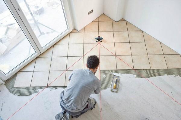 Важно предварительно разметить пол, чтобы плитка была уложена ровно