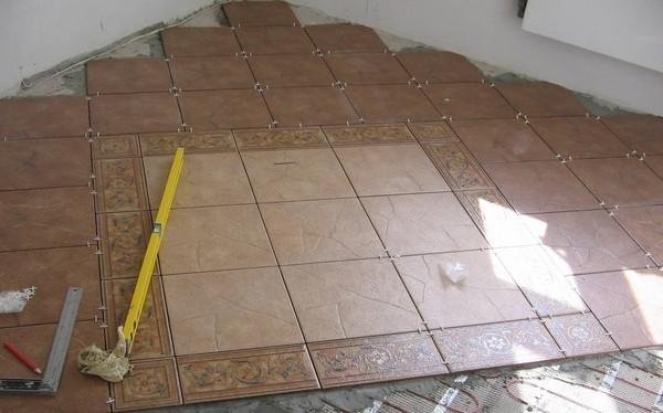 Укладка плитки по диагонали позволяет зрительно расширить пространство помещения