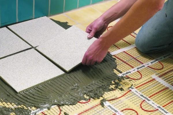 Важно использовать специальный клей для теплого пола, поскольку обычный клей может постепенно потерять свои свойства из-за постоянного нагрева