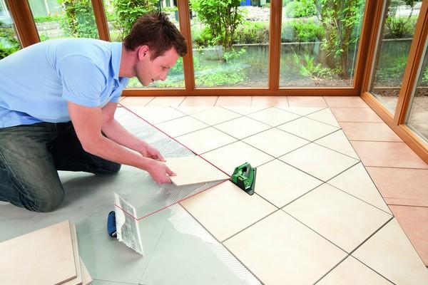 Нужно учитывать, где именно планируется положить плитку, и исходя из этого выбирать материал для отделки
