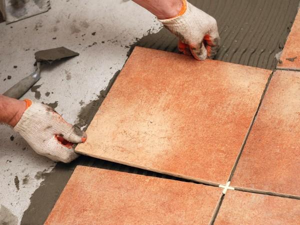 Не лишним будет использование респиратора и защитных перчаток при укладке плитки