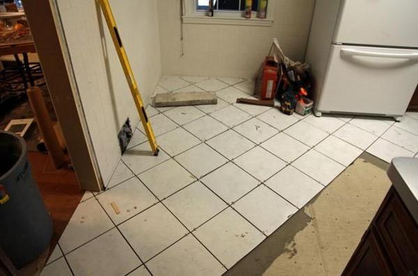 Сложность диагональной укладки плитки в том, что нарезных деталей понадобится больше