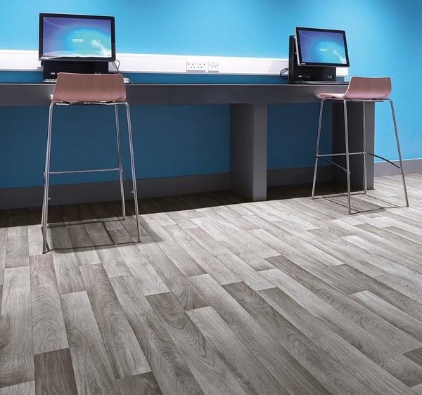 Для офиса можно подобрать коммерческий линолеум, оформленный под деревянный пол, ламинат