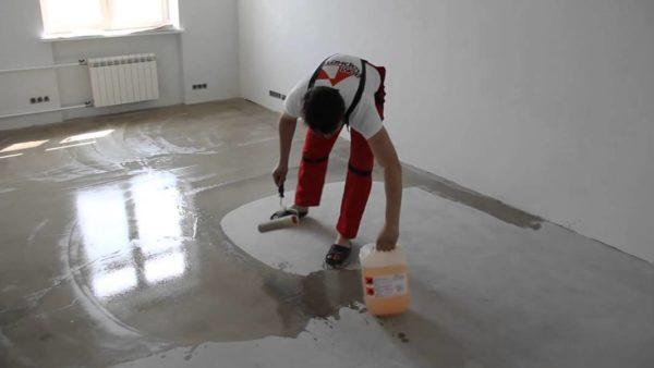 Перед заливкой полиуретанового пола бетонное покрытие обрабатывают специальной пропиткой
