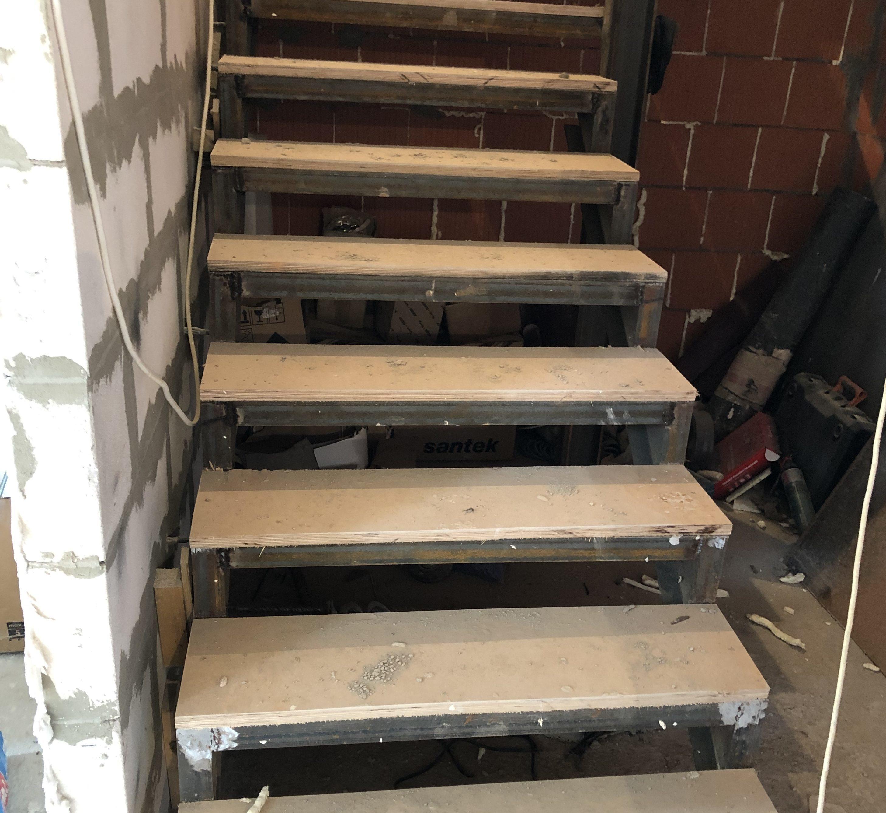 В первую очередь нужно подготовить поверхность лестницы