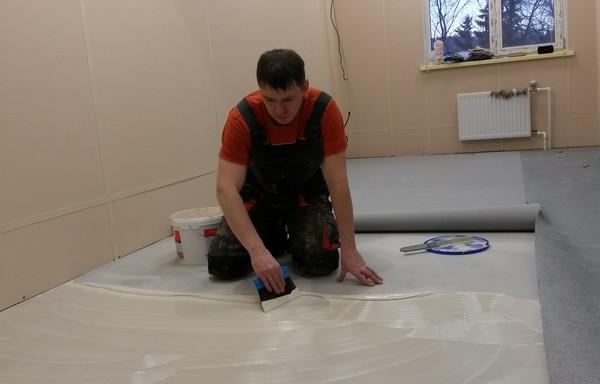Как и чем приклеить линолеум к бетонному полу