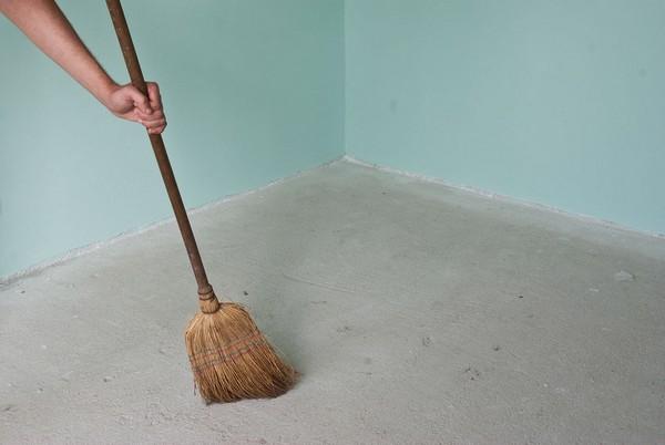 В первую очередь основание тщательно очищают от мусора, пыли